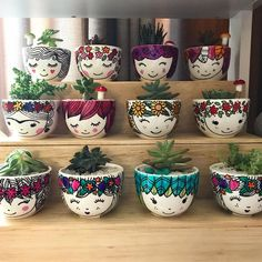 Flower Pot Art, Flower Pot Design, Flower Pot Crafts, Clay Pot Crafts, Diy Home Crafts, Garden Crafts, Painted Plant Pots, Painted Flower Pots, Bottle Art