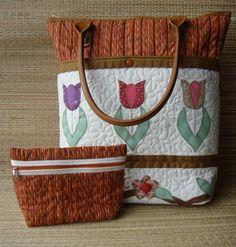 Bolsa  em patchwork, com aplicações e trabalhada em quilting livre. Forrada com tecido de algodão, estruturada com manta acrílica, bolsos internos, fechamento com zíper e alças de couro ecológico , removíveis. Acompanha uma necessaire . Consultar disponibilidade do tecido Obs- A padronagem dos tecidos poderá não ser a mesma da foto , mas as cores serão mantidas.  Medidas aproximadas - L =34 cm  X  A= 36 cm Base : 12 cm X 20 cm R$170,00