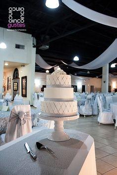 Pastel de boda con detalles en plata. Silver wedding cake