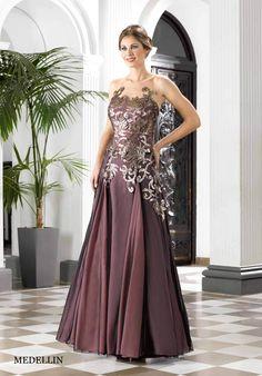 Toda la Colección Rosa Rueda 2016 en imágenes. Vestidos de fiesta y cóctel muy elegantes que se adaptan a cualquier talla y colorido en los tejidos.