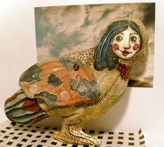 Die Vogelfrau ist gemalt nach eigenen Entwurf. Die Ilustration ist auf Stoff gemalt und poliert.  Die Flügeln sind beweglich.   Ideal, als Geschenk.