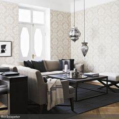 Die silberfarbenen Hängeleuchten im Orient-Stil beeinflussen die Raumwirkung entscheidend. Zusammen mit einer klassischen Mustertapete in Beigetönen bildet das…