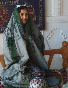 Uzbekistan_tapchan_pottery_clothing   Paranja (Pharyah)