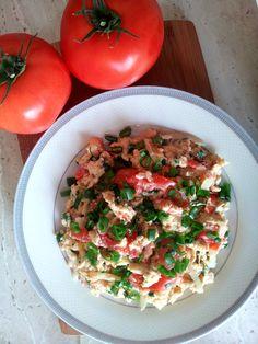 Jajecznica z pomidorami i szczypiorkiem.