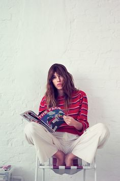 This French beauty has a fearlessness about her that you just can't shake. Daughter of Jane Birkin, her. Style Français, Style Icons, Charlotte Gainsbourg, Serge Gainsbourg, Look Fashion, Trendy Fashion, Elegance Fashion, Fashion Outfits, Essentiels Mode