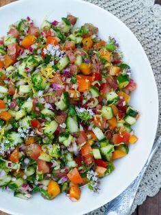 Lag tomat- og agurksalat og server med grillmat, gjerne med litt godt brød eller poteter til. Lettvint, god middag som passer for alle. Oppskriften finner du her på Mat på bordet.