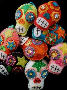 Dia de los Muertos - Felt Day of the Dead Sugar Skulls. (Calaveras and Corazones via Etsy. Manualidades Halloween, Halloween Crafts, Christmas Crafts, Halloween Halloween, Vintage Halloween, Halloween Makeup, Halloween Costumes, Felt Crafts, Diy Crafts