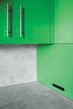 In the kitchen, Santa Rosa-based Reliance Fine Finishing applied a conversion varnish tinted with a green hue.