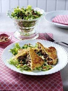 Gebratene Pilz-Maultaschen zu Blattsalat Rezept Pasta Maker, Homemade Pasta, Ravioli, Tacos, Veggies, Mexican, Ethnic Recipes, Food, Lettuce Salad Recipes