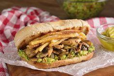 Hot dog sin carne ni lácteos que te encantará. Rellenamos de champiñones y acompañamos con aguacate y papas fritas.