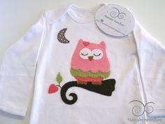 Menudos Remolinos: Conjunto handmade para bebé: body, babero y chupetero coordinados Búha Dormilona