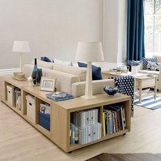 J'aime l'idée des étagères derrière le canapé