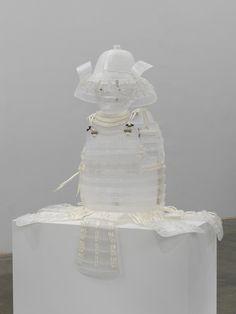 Patrick Neu, Palais de Tokyo. Contraste confondant : une armure de samouraï en cristal et liens de papier ...