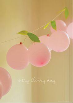 Kraamfeest meisje: slinger van kleine ballonnen en blaadjes van groen tape: effect is een Kersen slinger. willowday: Cherry Garland