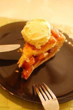 アップルパイ。  りんごを煮ないで作ります。とっても簡単で、とっても美味しい!かなりオススメです。バニラアイスと一緒にどうぞ。    材料 (パイ皿1枚分) 冷凍パイシート 1パック(4枚) (または手作りでも。ID:1322470) ←この場合レシピ全量 りんご(紅玉がベスト) 2〜3個 ○砂糖 80g ○シナモン 小さじ1 ○コーンスターチ 大さじ4 バター 20g 溶きたまご 適宜 グラニュー糖 小さじ2