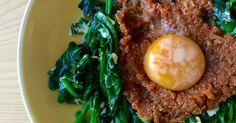 Damos un giro contemporáneo a un plato tradicional de Semana Santa, acortando la cocción de unas espinacas y cocinando el huevo con el calor residual para que quede cremoso.