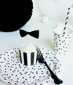 black and white table decoration for x-mas Black White Parties, Black Party, Black And White, Diy Party Decorations, Decoration Table, Celebration Love, Party Mottos, Mustache Party, 18th Birthday Party