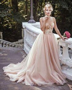 Somptueuse robe de mariée couleur crème nude.  / blush gown