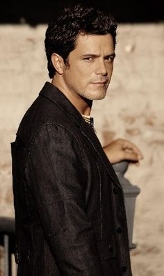 Alejandro Sanz.... my eternal love!!! he just got married but I still love him for ever!!!!