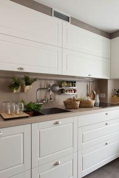 Detalle de armarios de cocina altos y bajos. 00438277 Ob