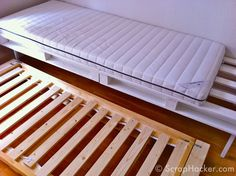 Pallet bed with trundle Daybed With Trundle Bed, Bunk Beds Built In, Diy Daybed, Diy Pallet Sofa, Diy Sofa, Diy Pallet Furniture, Sofa Bed, Wooden Pallet Crafts, Wood Pallets