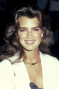 A look back at the best celebrity eyebrows: Brooke Shields.it was fashionable to have thicker brows in the Brooke Shields Jovem, Brooke Shields Young, Celebrity Eyebrows, Brow Shaping, Actrices Hollywood, Beautiful Celebrities, Pretty People, Style Icons, Beauty Hacks