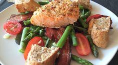 Lækker laks i ovn på en bund af salat. Se opskriften her. Foto: Guffeliguf.dk