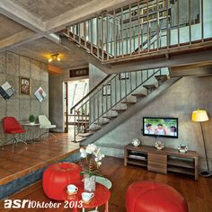 Batasan pada ruang menonton TV dengan area lainnya dibedakan dengan split level setinggi 40 cm. Selain itu, arsitek juga bermaksud memberikan ruang yang lebih luas pada area bawah tangga sehingga dapat digunakan untuk area penyimpanan (storage).