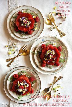 Erdbeer-Rhabarber Pudding im Frühlingsblumenbeet Kraut, Panna Cotta, Ethnic Recipes, Food, Rhubarb Pudding, Berries, Recipies, Dulce De Leche, Essen