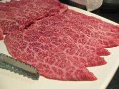 Wagyu Eti:  Bu et hakkında sayısız gerçek dışı hikaye üretilmiştir. Bunlardan bazıları hayvanlara masaj yapılması ve müzik dinletildiği yönündedir. Gerçek olan ise ineklerin, bira fabrikasından çıkan fermante edilmiş buğday ile beslenmeleridir. Bunun yanı sıra Japonya'nın temiz dağ havası ve suyu hayvanın etini daha değerli kılmaktadır.