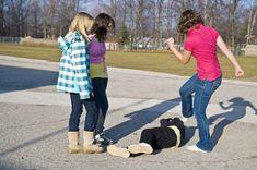 Entendemos como o bullying é organizado em grupos escolares e o que pais e professores podem fazer para impedir isso. O assédio geralmente não é falado em voz alta, porque… Reading Homework, Stop Bullying, Picture Show, Physics, Have Fun, Kicks, Floor, Bullying, School