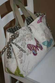 icu ~ Création personnalisée - 2 - Atelier Chiffons - Meljomath - in 2020 (With images) Sacs Tote Bags, Tote Purse, Patchwork Bags, Quilted Bag, Diy Sac, Handmade Purses, Craft Bags, Fabric Bags, Knitted Bags