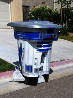 R2-D2 trash bin, this says welcome to the coolest house on the block. Neeeeeeeeeed.