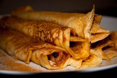 These super thin pancakes are perfect for breakfast, absolutely covered in cinnamon sugar. The secret to successful pancakes is to have your pan constantly well-greased. Pancakes Easy, Pancakes And Waffles, Flapjack Recipe, Egyptian Food, Nigerian Food, South African Recipes, What To Cook, Baking Recipes, Great Recipes