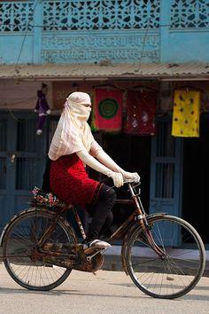 Simplemente por ir en bicicleta, una mujer en el mundo árabe se enfrenta a amenazas de muerte o peor.. #DiaDeLaMujer  . Alegría entre tus piernas . https://sabaticrab.com/alegria-entre-tus-piernas/