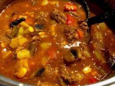 Węgierski kociołek – pożywna zupa gulaszowa Rozgrzewająca, gęsta i pożywna zupa, idealna na chłodne dni. Im częściej odgrzewana tym lepiej smakuje  Składniki: 400g wołowiny na gulasz (zamiennie można użyć chudej wieprzowiny) 2-3 duże ziemniaki 1 puszka krojonych pomidorów lub 2-3 obrane i pokrojone w kostkę pomidory 1 cebula 1 marchewka 1 korzeń …
