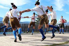 Schuhplattler in Salzburg im Pongau (Österreich), traditionell in Lederhose und mit Hut. How-to Tutorial online auf ServusTV.