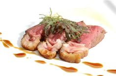 bife-de-chorizo-cocido-al-vacio-con-emulsion-de-papa-y-oliva-y-jugo-de-carne.jpg (500×332)