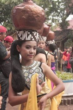 Tari Buyung, Beautiful Traditional Sundanese Dance    West Java, Indonesia
