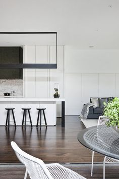 17 georgous white modern kitchen inspirations to inspire your next kitchen design. Interior design at its best and home decor to love. Australian Interior Design, Interior Design Awards, Interior Design Inspiration, Interior Styling, Design Ideas, Style Inspiration, Dark Timber Flooring, Hecker Guthrie, Home Modern
