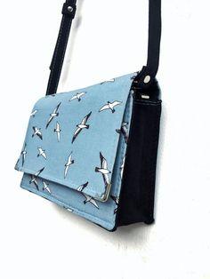 bolsa casamento diurno, bolsa pássaros, bolsa prática, bolsa celeste, bolsa verão, clutch casamento. clutch azul Shoulder Bag, Fashion, Small Birds, Leaving Home, Diy Clothing, Sacks, Handbags, Blue, Moda