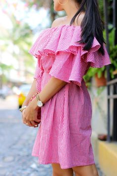 When you think of your perfect summer dress, what comes to your mind? I would think in something white but also something on trend. What if I tell you that exists a dress that has the top three summer trends: off shoulders, gingham and ruffles!