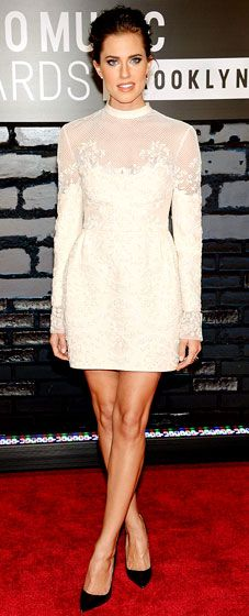 Allison Williams: 2013 VMAs- The Girls actress looks demure in a Valentino frock. #LWD