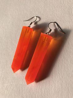 Sono felice di condividere l'ultimo arrivato nel mio negozio #etsy: Orecchini pendenti in resina a prisma - arancio fluo #gioielli #orecchini #arancione #lobo #leninadagmar