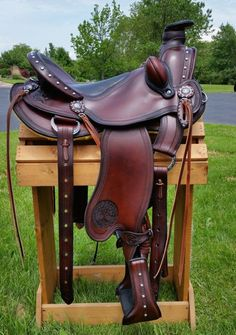 Custom carved Cascade wade by Allegany mountain trail saddles!  This saddle features an inlay seat, stainless steel studs, custom carving and bucking rolls for extra security.  EZ Ride endurance stirrups  and Texas twist fenders eliminate the chance of any knee and ankle discomfort! #trailsaddle #wadesaddle #customsaddle
