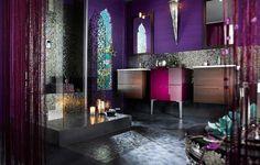 Diseña al estilo Marroqui, destacado colores muy vibrantes, dando ese aire típico con adornos propios como lámparas y espejos, con una presencia peculiar a los tonos dorados o plateados.