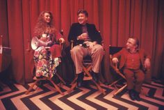 """a rare photo from the second season of """"Twin Peaks"""", with Heather Graham, David Lynch, and Michael Anderson on the Red Room set of the """"Twin Peaks"""""""