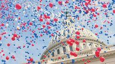 たくさんの風船とアメリカ議会議事堂