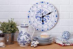 Oblíbenou modrobílou kombinaci si můžete dopřát nejen na jídelní sadě, ale například také na hodinách. Clock, Wall, Home Decor, Watch, Decoration Home, Room Decor, Clocks, Walls, Home Interior Design