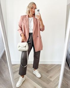 """4522 mentions J'aime, 85 commentaires - OLIVIA ROSE (@oliviarose) sur Instagram: """"The brown leather trousers I never knew I needed ☕️"""" Boyish Style, Olivia Rose, Leather Trousers, Brown Leather, Normcore, Coat, Jackets, Instagram, Fashion"""
